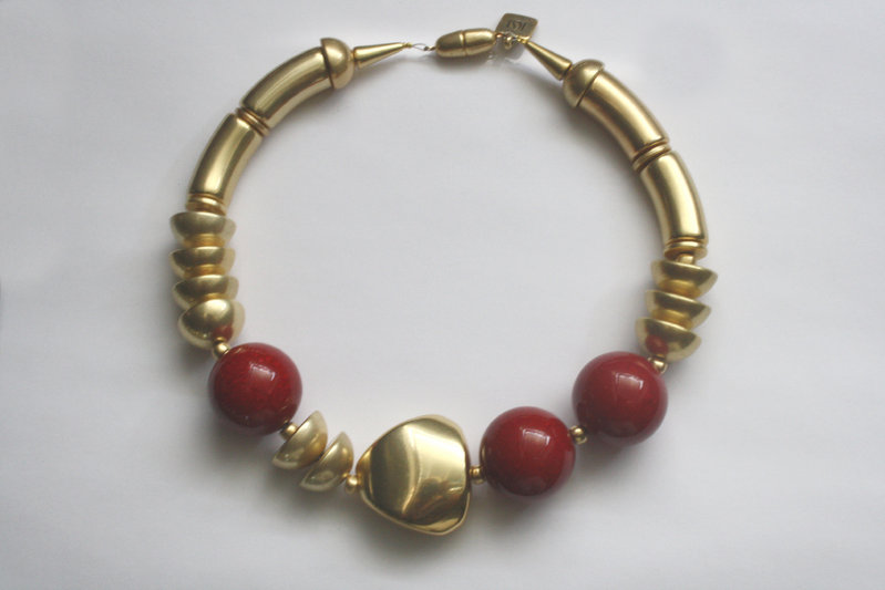 necklace with gold curves 15x34mm, marbled red pearls 30mm, gold triangle 36mm and gold half pearls 22mm